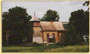 Zdjęcie przedstawia drewniany kościół gogołowie