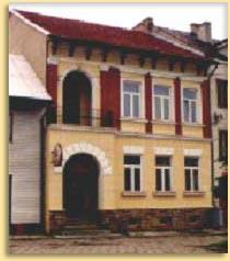 Zdjęcie przedstawia kamienice, buynek starej poczty